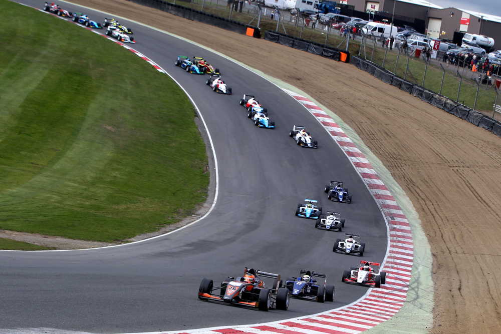 A large 21-car grid took to the Grand Prix circuit in Kent
